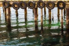 码头标示用轮胎作为靠码头在他们,哈尔斯塔的小船的防御者在挪威 免版税库存图片