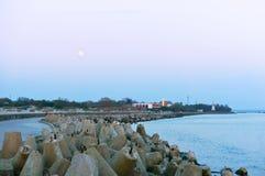 码头海和沿海设防、具体防堤保护海岸的,满月和海码头,波罗的海 免版税库存照片