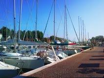 码头的一个美丽如画的夏天视图在里米尼 意大利 免版税库存照片