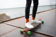 码头的人乘坐滑板 库存图片