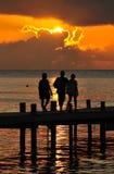 码头的人们在日落 库存图片