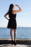 码头的可爱的少妇 免版税图库摄影