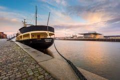 码头的哥本哈根歌剧院和船的看法 免版税库存图片