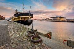 码头的哥本哈根歌剧院和船的看法 图库摄影