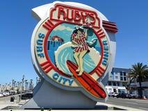 码头的末端的一个标志广告红宝石` s海浪城市 库存照片