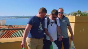 码头的白人在有直布罗陀海峡的休达背景的 股票视频