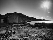 码头的,岩质岛,挪威红色船库 在码头的传统红色白色大厦接近海 库存图片