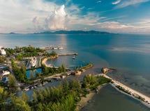 码头空中寄生虫视图在Phangan海岛,皮带Sala码头附近的 免版税库存照片