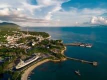 码头空中寄生虫视图在Phangan海岛,皮带Sala码头附近的 免版税图库摄影