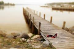 码头红色鞋子 库存图片