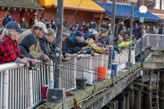 码头钓鱼在西雅图江边 免版税库存照片