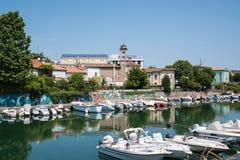 码头风景春天视图有古老和现代大厦、船、游艇和其他小船的在里米尼,意大利2017年6月21日 库存图片