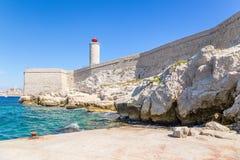 码头、设防和一座灯塔在海岛上,如果 在背景中,马赛,法国 免版税库存图片