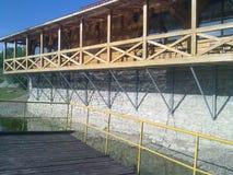 码头和咖啡馆在水 免版税库存图片