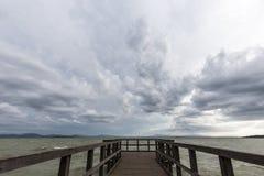 码头和喜怒无常的天空 免版税库存图片