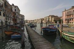 码头和小船在大运河在威尼斯,威尼托,意大利,欧洲 免版税库存图片