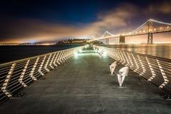 码头14和旧金山-奥克兰海湾桥梁 免版税库存图片