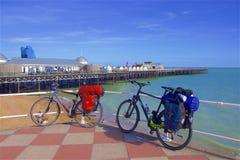 码头和海滩在海斯廷斯,英国 库存照片