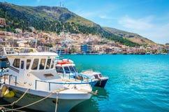 码头和舒适传统希腊小船,希腊 免版税图库摄影