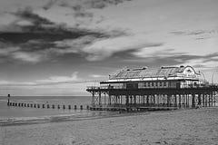 码头和Groyne防堤在黑&白色 库存照片