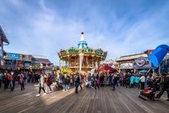 码头39商店和转盘在Fishermans码头-旧金山,加利福尼亚,美国 免版税库存照片