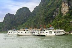 码头在东Thien Cung洞海岛 免版税库存图片