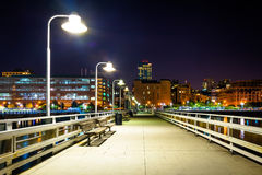 码头34在晚上,在哈得逊河在曼哈顿,纽约 免版税库存照片