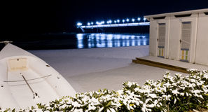 码头在雪覆盖的滨海弗兰卡维拉 图库摄影