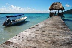 码头小船在湖附近 免版税库存照片