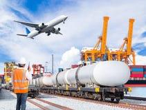 码头工人谈话与无线通信反对货物 图库摄影