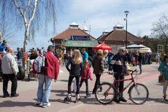 码头的人群人。 免版税库存图片