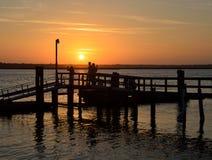 码头的人们在日落在圣奥斯丁 免版税图库摄影