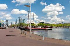 码头的全景在阿姆斯特丹港口  免版税库存照片