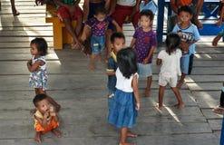 码头的印度尼西亚孩子在Tobil村庄Togean海岛 免版税库存照片