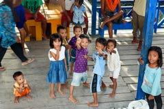 码头的印度尼西亚孩子在Tobil村庄Togean海岛 免版税库存图片