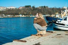 码头的女孩 免版税图库摄影
