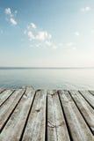 从码头的平静的看法向湖 免版税库存照片