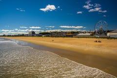 从码头的海滩的看法和乘驾在老果树园靠岸, 库存照片