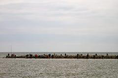 码头的渔夫在冬天 免版税库存图片