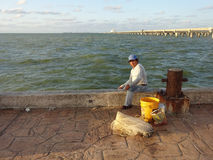 码头的渔夫 免版税库存图片