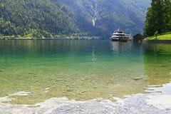 码头的渡轮等待的乘客在Achensee湖在提洛尔,奥地利 免版税库存图片