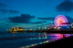 码头的游乐园在圣塔蒙尼卡在晚上,洛杉矶,加利福尼亚,美国 库存图片