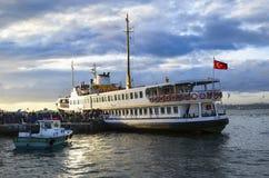 从码头的轮渡乘客 免版税库存照片