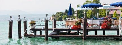 码头的餐馆在湖银行 图库摄影