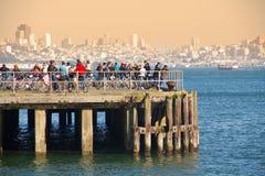 码头的骑自行车者 免版税库存照片