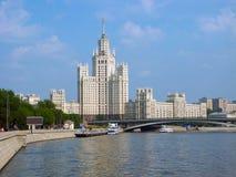 码头的高层房子 免版税库存图片