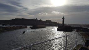 从码头的Whitby修道院 免版税图库摄影
