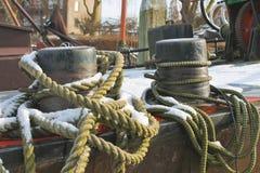 码头系船柱的停泊绳索 免版税库存照片