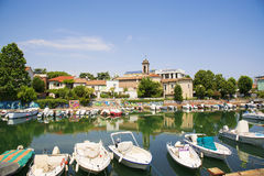 码头风景春天视图有古老和现代大厦、船、游艇和其他小船的在里米尼,意大利 图库摄影