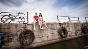 码头,一对年轻夫妇 免版税图库摄影